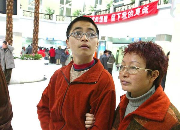 少年负气离家出走,扒飞机一路吊着从昆明飞到重庆