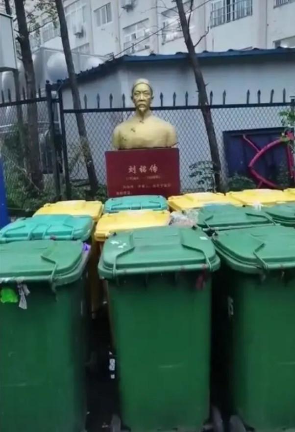 """垃圾桶包围""""民族英雄"""",过错应该是雕塑设置太随意"""