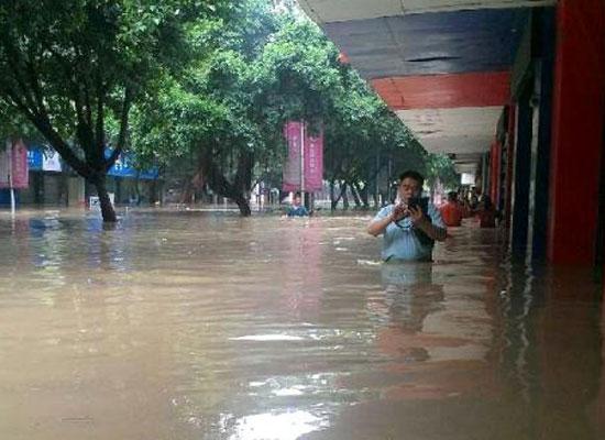 """""""老婆,我在游泳"""",回不去了,下大雨"""